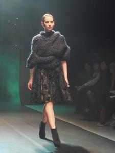 全手工製作的針織上衣,曲線的編織設計靈感來自於羊角