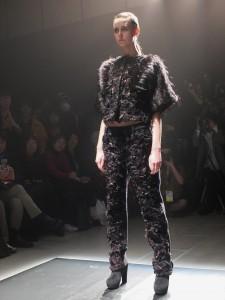 古又文在這次的秋冬訂製服系列中,運用人工皮草拼接,呼應設計靈感主題電影《羊男的迷宮》