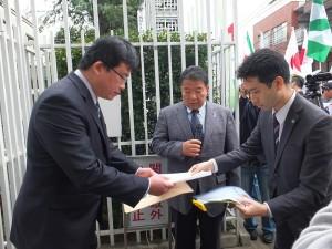 駐日代表處派員(左)出來分別收下主辦單位和在日台灣同鄉會等團體聯署的抗議聲明