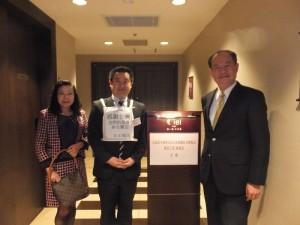 日台經濟文化交流協會理事長卯柳貴重(左2),身穿感謝台灣標語和處長粘信士伉儷合影