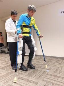 來自台灣的脊椎損傷患者舒天縱示範穿戴「行動輔助機器人」行走