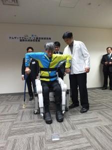 「行動輔助機器人」可站可坐,亦可針對使用者伸高做調整