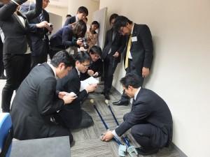 現場許多日本媒體對於「行動輔助機器人」的裝置相當有興趣