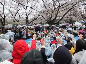 東京現場也與京都和福岡兩地進行連線,同呼口號支持學運