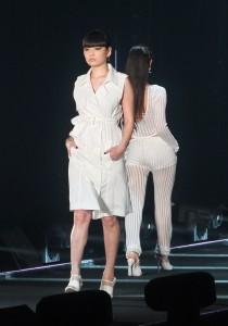 模特兒秋元梢一襲白色洋裝,演繹今春夏的時尚