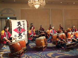 去年曾到台灣表演的天雷太鼓,敲打出振奮人心的鼓聲