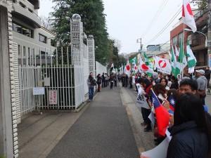 支持台灣反黑箱服貿活動的在日台灣人或是日本人,聚集在駐日代表處前表達對政府的不滿