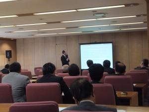 駐橫濱辦事處處長粘信士在會中解說台灣正積極推動加入TPP和RCEP等區域經濟協議