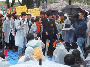主辦單位特地和台灣立法院內連線,讓現場氣氛升高