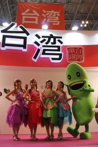 台湾美女とキャラクターも加り、開幕式典は鮮やかに彩られた
