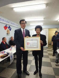 夏大明在現場再次頒贈實踐三等獎章及證書給中正堂會館社長林雪美(右)