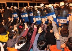 行政院前にて座り込みを続ける学生ら(写真提供:中央社)