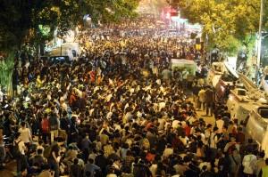 「反黑箱服貿」的抗議民眾,透過網路社群傳送現場最新資訊,青島東路上則擠滿前來聲援的民眾(照片提供:中央社)