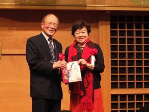 民進黨客家事務部主任張慶惠(右)贈送紀念品給東京崇正公會會長劉得寬