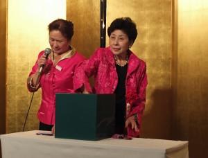 慶祝會的重頭戲便是抽獎活動,會長吳淑娥(右)代表抽出多項大禮