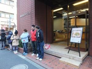 開賣前就有許多消費者在門口排隊,希望可以搶先一步吃到台灣的麵線