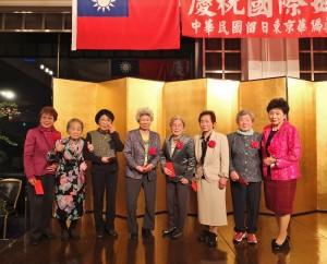 會長吳淑娥(右1)和名譽會長羅王明珠(左2)一起頒發敬老紀念品給會員
