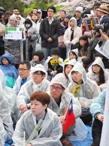 不畏風雨,許多民眾都身穿雨衣坐在現場