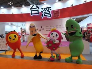 台灣館開幕前有水果人偶和民眾互動,相當吸睛
