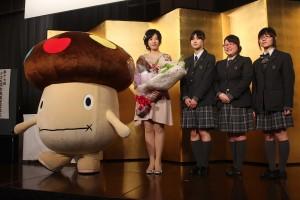 過去に謝さんと対局し指導をうけた高校生、NTTドコモのマスコットキャラクター・ドコモダケと共に記念撮影をする謝依旻さん