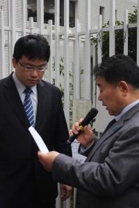 台北駐日経済文化代表処門前にて声明書の受け取りに応じる職員