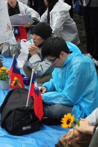 台湾国旗や、今回の学生運動の象徴でもあるひまわりの花を持参した参加者
