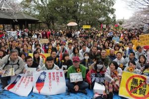 およそ500人の参加者が暴風雨のなか声援活動を行った