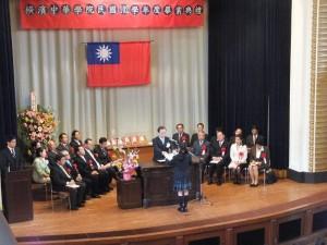 橫濱中華學院校長馮彥國頒發應屆畢業生證書