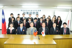 駐日代表處教育組副組長林世英(前排左3)出席「創造明日日本學生會議」訪台研習團結團式