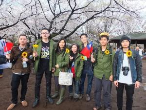 到現場參加聲援活動的民眾,特地手持太陽花和身穿學運總召林飛帆穿的軍裝外套,表示他們支持學運立場