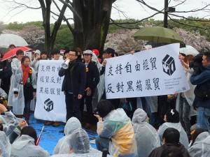 台灣留學生自備標語,站出來分享自己的心得