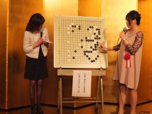 謝依旻在會中解說自己和青木喜久代的對弈情況(圖左為司儀)