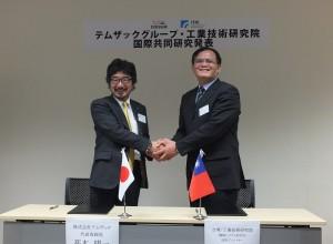 工研院機械與系統研究所技術總監胡竹生與日本天目時科(TMSUK)社長高本陽一簽約合作,計畫將「行動輔助機器人」商品化