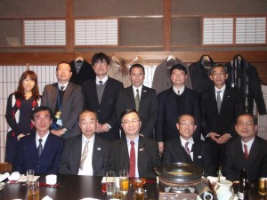 駐日代表處教育組副組長林世英(前排右3)參訪長野縣觀光部,並於餐會中繼續進行交流