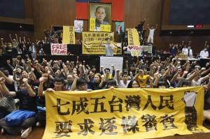 反服貿團體和學生20日召開記者會要求在明日中午前與總統馬英九進行公開對話及協商,要求承諾在本會期通過兩岸協議監督條例(照片提供:中央社)
