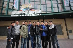 魏德聖和馬志翔率領《KANO》演員,一同參觀甲子園(照片提供:果子電影)
