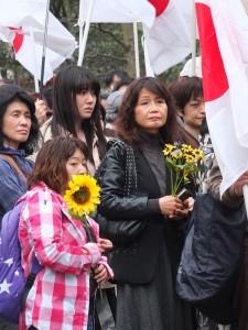 現場也有民眾手持向日葵,代表支持此次的「太陽花學運」