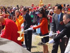 駐日代表沈斯淳伉儷(右起3、4)和彰化縣長卓伯源(右2)一起參加動土儀式