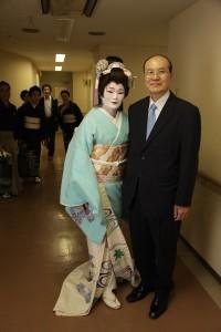 台北駐日經濟文化代表處顧問兼台北文化中心主任朱文清(右)和夫人張懿文在演出後合影
