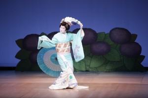 台北駐日經濟文化代表處顧問兼台北文化中心主任朱文清的夫人張懿文,表演日本傳統舞蹈,展現出獨特的體態之美