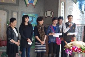 余貴美子(左2)對於可以和宗親一起祭祖感到很開心,並希望明年也能再回到家鄉和大家見面