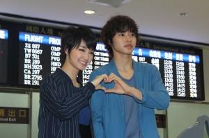 剛力彩芽(左)和山崎賢人為宣傳電影首度訪台,兩人在機場比出愛心手勢(照片提供:采昌國際)