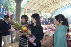 有客家血統的日本女星余貴美子(右2)日前和家人首次返台祭祖祭掃