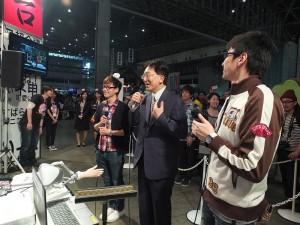 岩手縣知事達增拓也(右2)到「超你好台灣」攤位和台灣網友互動