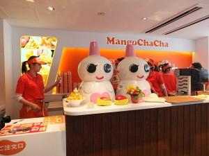 店內以白色和橘色調為主,還有可愛的雪人剉冰機迎接客人
