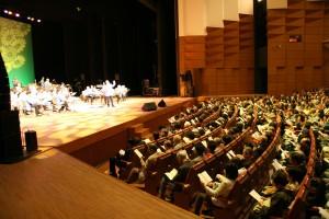 会場中で「花は咲く」を合唱(写真提供:明治大学マンドリンOB倶楽部)