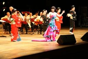 日本の演歌を得意とする個性派歌手の鄭琇月さん(写真提供:明治大学マンドリンOB倶楽部)