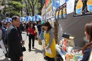 各ブースをまわる台北駐日経済文化代表処・沈斯淳代表