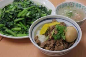 完成!!(左から青菜炒め、魯肉飯、大根とエビ団子スープ)