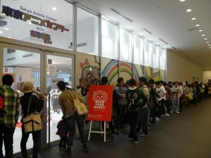 初日はオープン前から100人以上の行列が出来た